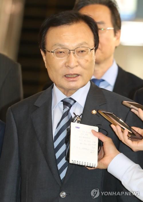 5月18日,在金浦机场,韩国总统特使、前国务总理李海瓒在飞赴北京前接受记者采访。(韩联社)