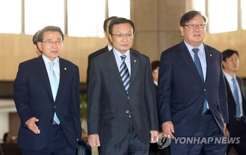 5月18日,在首尔金浦机场,韩国总统特使、前国务总理李海瓒(左二)在飞赴北京前接受记者采访。(韩联社)