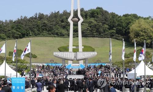 5月18日,在光州市国立5・18墓地,大批市民到访参加5・18民主化运动37周年纪念仪式。(韩联社)