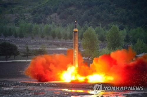 """图为朝鲜14日发射的""""火星12""""型地对地中远程导弹。图片仅限韩国国内使用,严禁转载复制。(韩联社/朝中社)"""