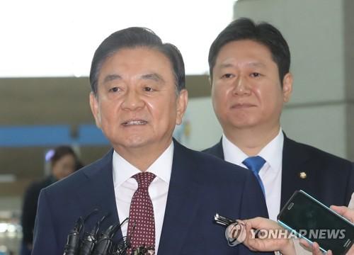 资料图片:5月17日,韩总统特使洪锡炫启程赴美。(韩联社)