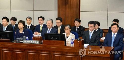 朴槿惠崔顺实同庭受审表现迥异