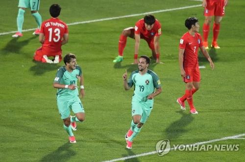 世青赛8强争夺赛中葡萄牙队破门后享受进球的喜悦。(韩联社)