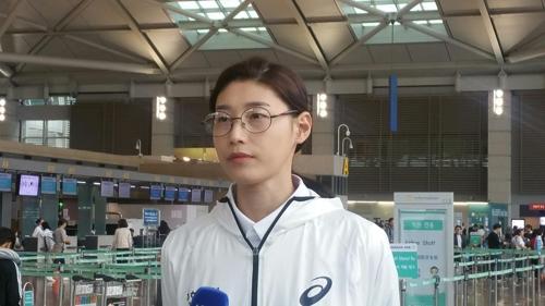 5月31日,金软景在机场接受记者团采访。(韩联社)