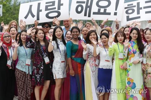 资料图片:2016年9月,参加在首尔举行的2016世宗学堂优秀学员研修活动的各国学员合影留念。(韩联社)