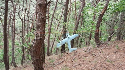 一架疑似朝军无人机的飞行器现身江原道某山(韩国联参本部提供)