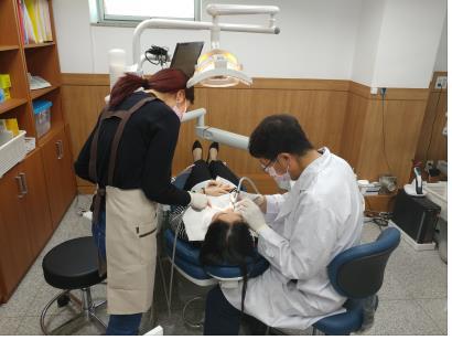 资料图片:西南首尔国际中心的一名牙科医生为患者诊疗。(首尔市政府提供)