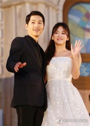 资料图片:演员宋仲基(左)和宋慧乔(韩联社)