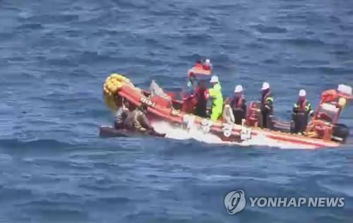 资料图片:5月27日,韩方救起在海上漂流的朝鲜船员现场(韩联社)