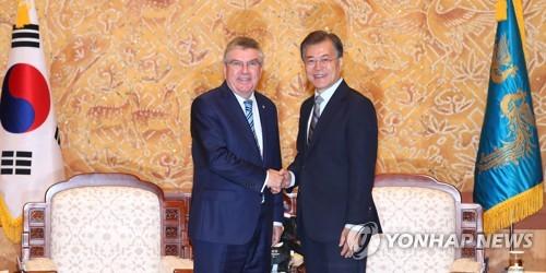 7月3日上午,在青瓦台,韩国总统文在寅(右)接见了到访的国际奥委会主席托马斯・巴赫。(韩联社)