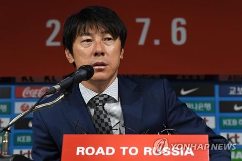 韩国国足主教练申台龙(韩联社)