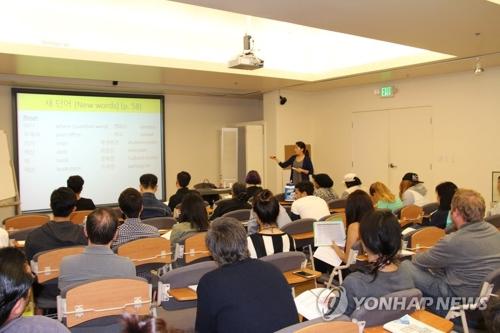 资料图片:在美国洛杉矶的世宗学堂,学员们认真听课。(韩联社)