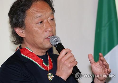 7月6日下午,在首尔龙山区的意大利驻韩大使馆,韩国指挥大师郑明勋获颁意大利国家功勋勋章后进行发言。(韩联社)