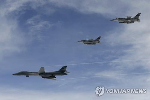 7月8日,美国2架B-1B战略轰炸机从关岛安德森空军基地起飞,飞抵韩国江原道与韩空军F-15K战斗机进行联合模拟轰炸演习。(韩联社/韩国空军提供)