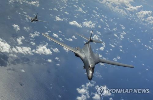 """资料图片:B-1B""""枪骑兵""""战略轰炸机(韩联社/欧新社)"""