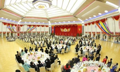 """朝鲜《劳动新闻》11日报道称,朝鲜10日为庆祝""""火星-14""""导弹试射成功而举办宴会。图为宴会现场。图片仅限韩国国内使用,严禁转载复制。(韩联社/朝鲜《劳动新闻》)"""