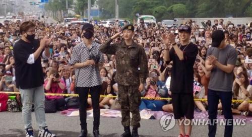 7月12日,在江原道原州第一野战司令部,Super Junior成员银赫(左三)正式退伍。图为SJ成员神童(左起)、艺声、银赫、利特、东海。(韩联社/Label SJ提供)