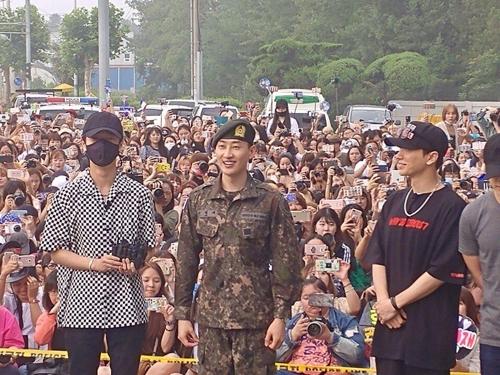7月12日,在江原道原州第一野战司令部,Super Junior成员银赫(左三)正式退伍。左起为SJ成员艺声、银赫、利特。(韩联社/Label SJ提供)