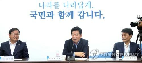 7月14日,韩国国政企划咨询委员会委员长金振杓(中)在解散仪式上发言。(韩联社)