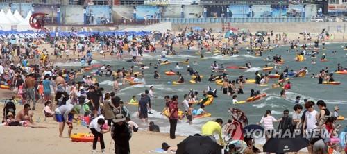 7月16日,在釜山市海云台海水浴场,暑期避暑人山人海。(韩联社)