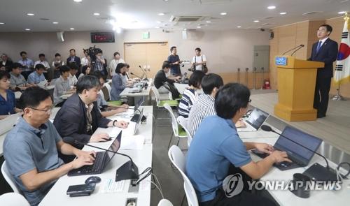 7月17日,在韩国中央政府首尔办公大楼,统一部长官赵明均召开例行记者会。(韩联社)