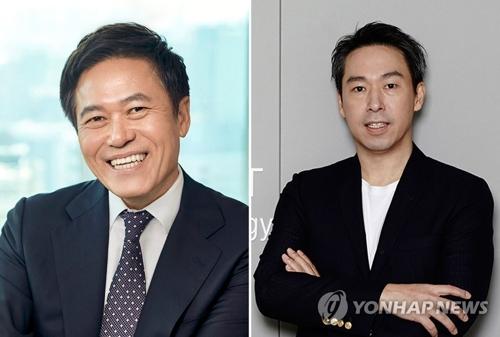 图为SK电讯社长朴正浩(左)与SM娱乐理事会主席金英敏。(韩联社)