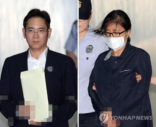 7月26日上午,在首尔中央地方法院,被告人李在�F和证人崔顺实走向法庭。(韩联社)
