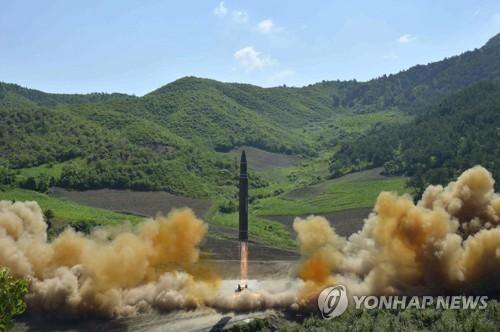 """资料图片:图为朝鲜公开的""""火星-14""""导弹发射现场照。图片仅限韩国国内使用,严禁转载复制。(韩联社/朝鲜《劳动新闻》)"""