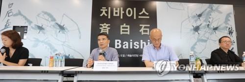 7月31日,《从木匠到大师--齐白石艺术作品展》在首尔艺术殿堂书法博物馆开幕。中国湖南省博物馆书画业务主管刘刚(左二起)、艺术殿堂书法博物馆首席监督李东��、韩国现代画家史�]源出席活动。(韩联社)