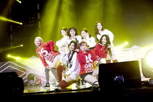 少女时代在出道10周年粉丝见面会上演唱。(SM娱提供)