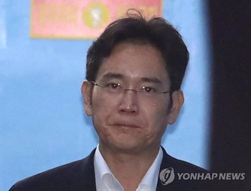 8月7日下午,在首尔中央地方法院,李在镕参加完庭审后走出法庭走向护送车辆。(韩联社)