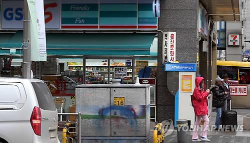 资料图片:便利店旁仍是便利店。(韩联社)