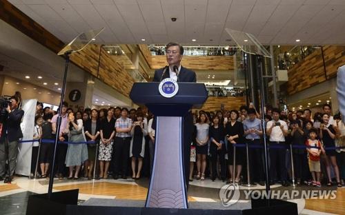 8月9日,文在寅访问位于首尔瑞草区的首尔圣母医院,并介绍加强医疗保险保障水平新政策。(韩联社)