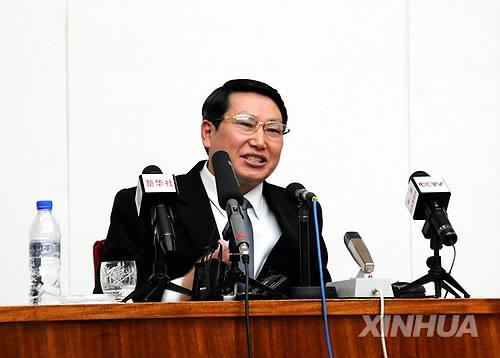 资料图片:2014年2月,在平壤,被朝鲜扣留的韩国传教士金桢郁在记者会上发言。(韩联社)