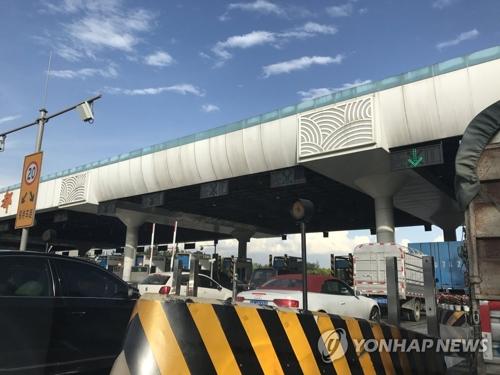 大批车辆从九寨沟方向撤出,前往成都。(韩联社)
