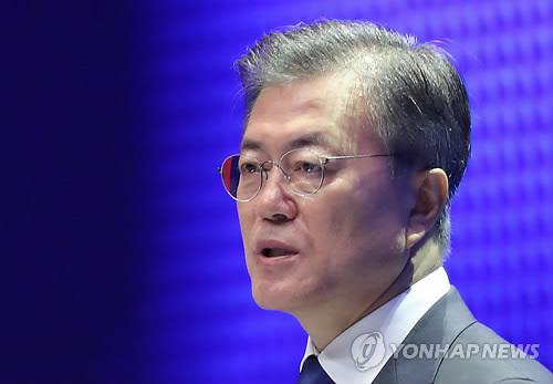 8月15日,韩国总统文在寅在首尔世宗文化会馆举行的光复节72周年纪念活动上发表讲话。(韩联社)
