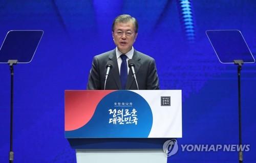 8月15日,韩国总统文在寅在首尔世宗文化会馆举行的光复72周年纪念活动上发表讲话。(韩联社)