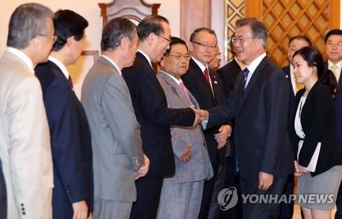 8月21日,在青瓦台,韩国总统文在寅(右)会见日韩议员联盟日方代表团。(韩联社)