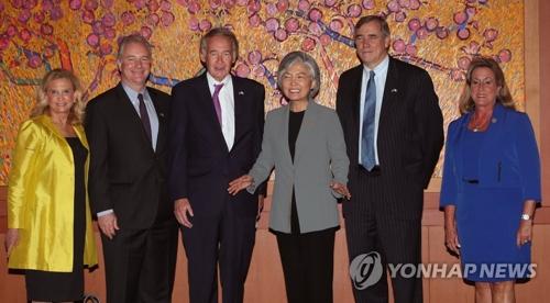 8月22日,在韩国外交部大楼,外长康京和(左四)与访韩的美国议员代表团成员合影。(韩联社)