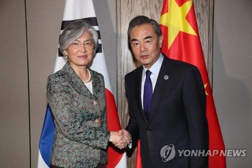资料图片:韩国外长康京和(左)和中国外交部长王毅(韩联社)