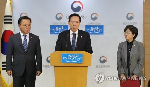 9月7日下午,在中央政府首尔大楼,韩国国防部长官宋永武(中)和行政安全部长官、环境部长官举行联合记者会。(韩联社)