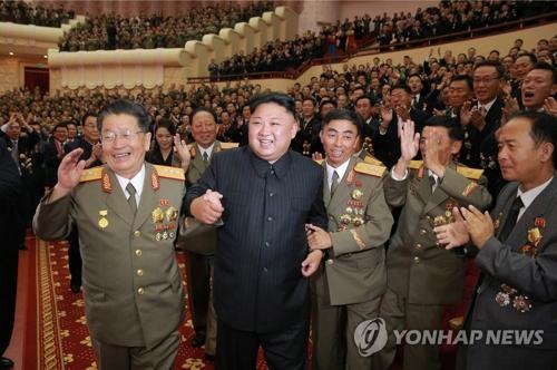 朝中社9月10日报道称,金正恩(左二)和氢弹试爆相关人员出席庆功宴。图片仅限韩国国内使用,严禁转载复制。(韩联社/朝中社)