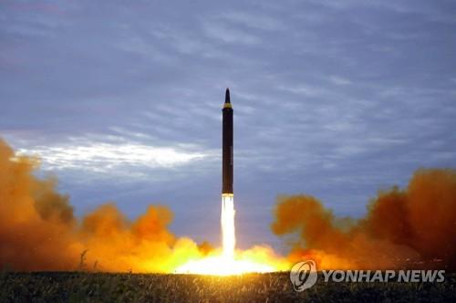 """资料图片:这是朝鲜试射""""火星-12""""导弹现场照。图片仅限韩国国内使用,严禁转载复制。(韩联社/朝中社/美联社)"""