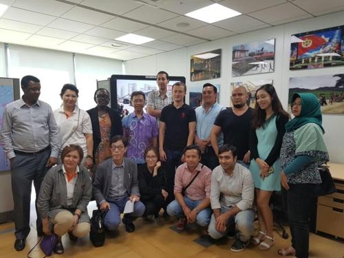 9月13日,来自各国的15名记者和公务员参观韩联社大楼后合影留念。(韩联社)