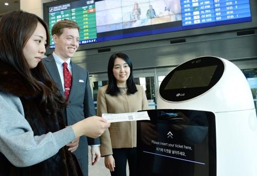 资料图片:LG机器人正在仁川机场演示服务。(韩联社)