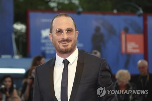 资料图片:导演达伦・阿罗诺夫斯参加第74届威尼斯电影节。(韩联社/欧新社)