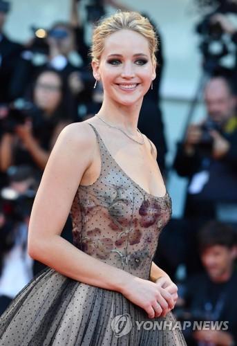 资料图片:9月5日,在74届威尼斯电影节,演员詹妮弗・劳伦斯亮相《母亲》首映红毯。(韩联社/欧新社)