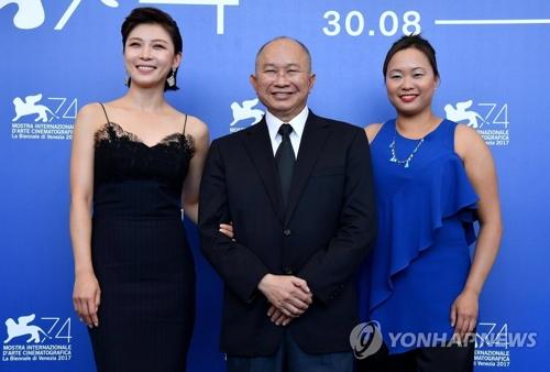 资料图片:9月8日,演员河智苑(左)与导演吴宇森(中)参加第74届威尼斯电影节。(韩联社/欧新社)