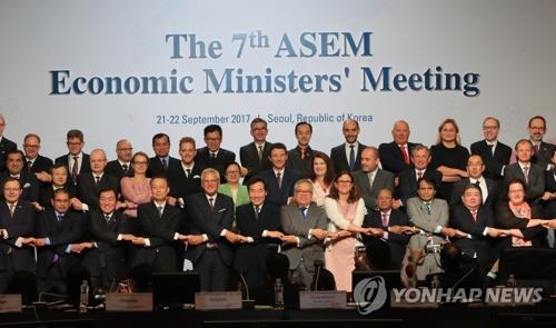 9月22日下午,在首尔COEX会展中心,ASEM经济部长会议开幕,51个成员国的部长和副部长级人士合影留念。(韩联社)