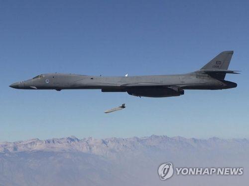 美军B-1B轰炸机飞越朝鲜东部海域